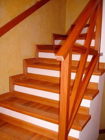 Escada pequena de madeira